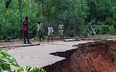 Operação de busca e salvamento no rio Risitu no Zimbabwe na sequência das devastadoras inundações e deslizamentos de terra causados pelo ciclone Idai na província de Manicaland.