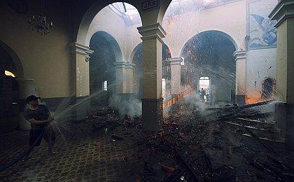 Monte Santo: população salva imagens sacras em incêndio de igreja