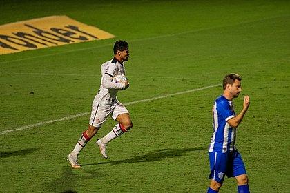 Léo Ceará marcou nos acréscimos contra o Avaí e evitou a derrota