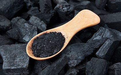 O carvão ativado é ingrediente de diversos produtos de beleza