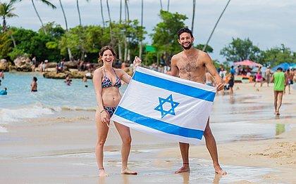 Os amigos Sharon Karbi e Roee Negri, na segunda praia de Morro de São Paulo