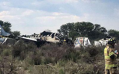Destroços do avião que caiu com 97 passageiros e quatro tripulantes,ao decolar do aeroporto de Durango, no norte do México. Dezenas de pessoas ficaram feridas no acidente que ocorreu devido a uma tempestade de granizo.