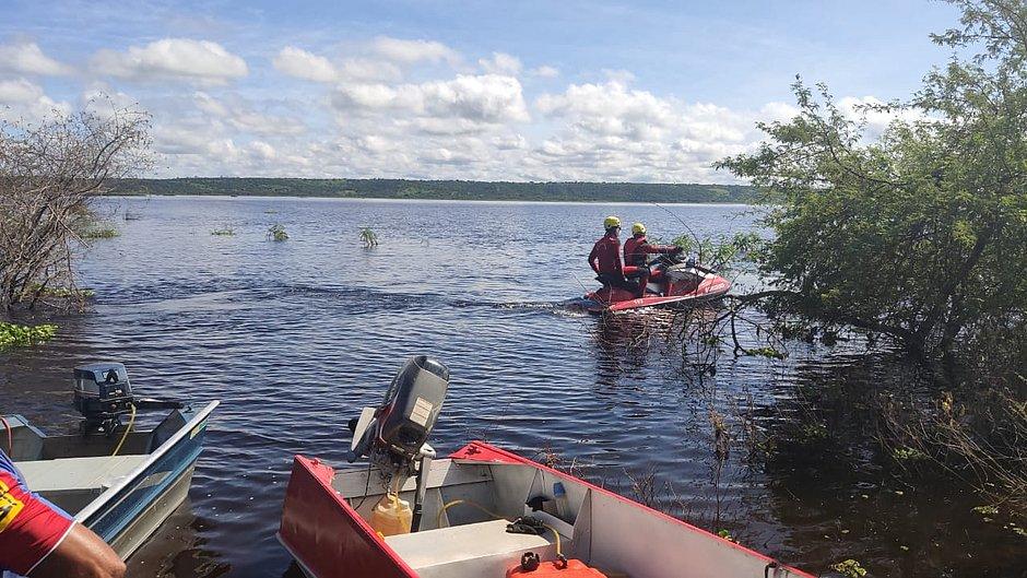 Bombeiros fazem busca com canoas e jet skis
