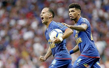 Guerra comemorando após marcar único gol com a camisa do Bahia