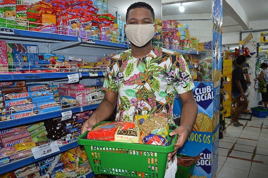 Alunos recebem 4º parcela do vale-alimentação de R$ 55 na segunda (26)