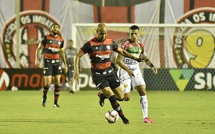 Dinei participou do lance do primeiro gol, marcado por Soares