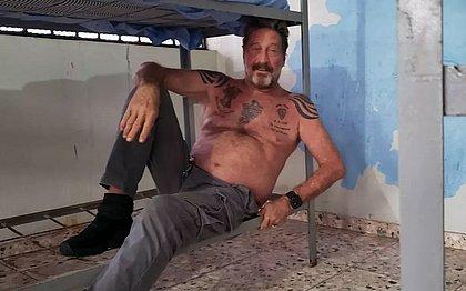 Conhecido por polêmicas, McAfee chegou a postar foto na prisão