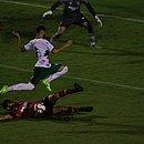 Zagueiro Wallace briga pela bola diante do Fluminense de Feira, no Barradão