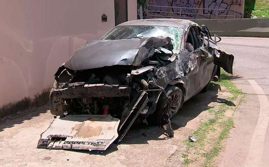 Carro bateu em muro