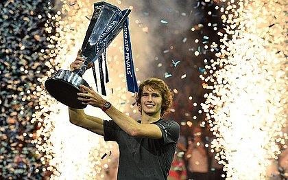 Alexander Zverev ergue o troféu de campeão do ATP Finals, em Londres