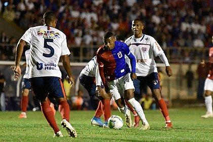 Thiago Alves, do Paraná, passa pela marcação do Bahia de Feira