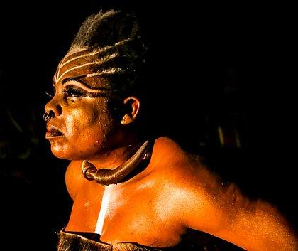 Peça Medeia Negra relê mito grego a partir do olhar da mulher encarcerada