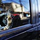 Marcas de tiro ainda são vistas no local; carro ficou danificado