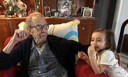 Sofia Gilberto, 5 anos, faz a mais bela homenagem ao avô, João Gilberto