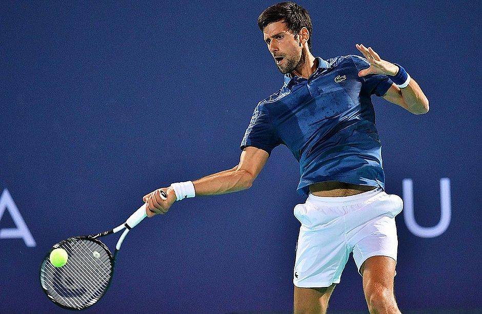Djokovic ataca bola durante jogo contra Khachanov