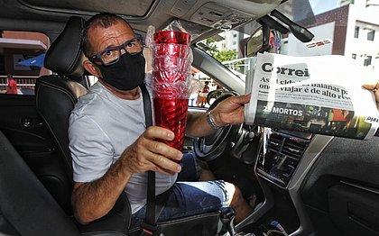 O comerciante Celso Mota da Cruz saiu com o carro cheio de copos e jornais do CORREIO
