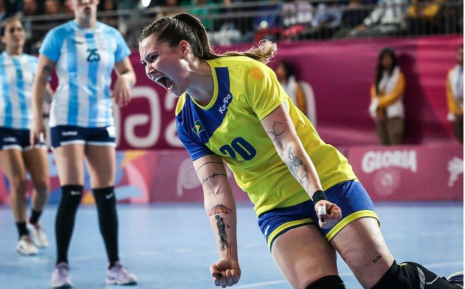 Larissa comemora muito após um dos gols brasileiros na final
