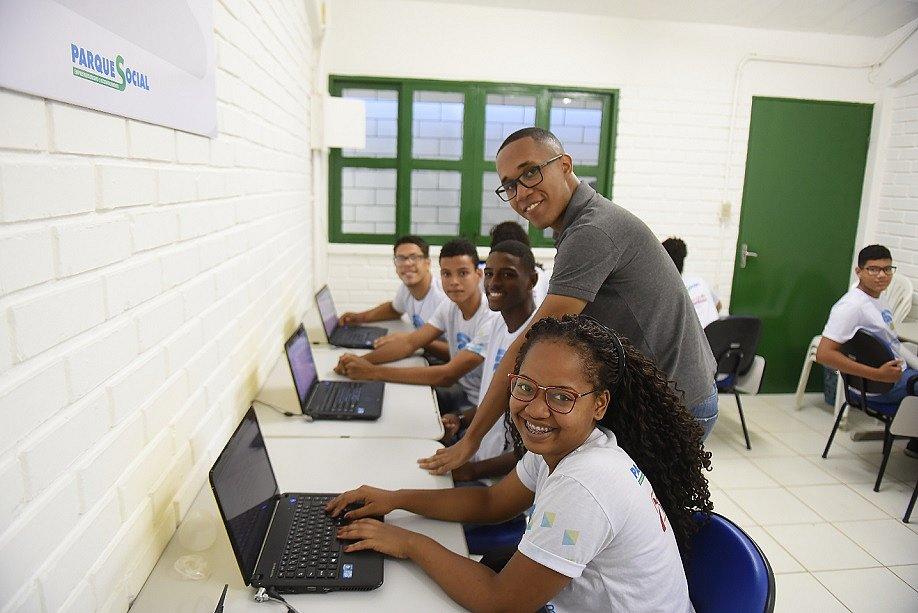 O educador Elson Barbosa com a turma de Empreendedorismo Digital