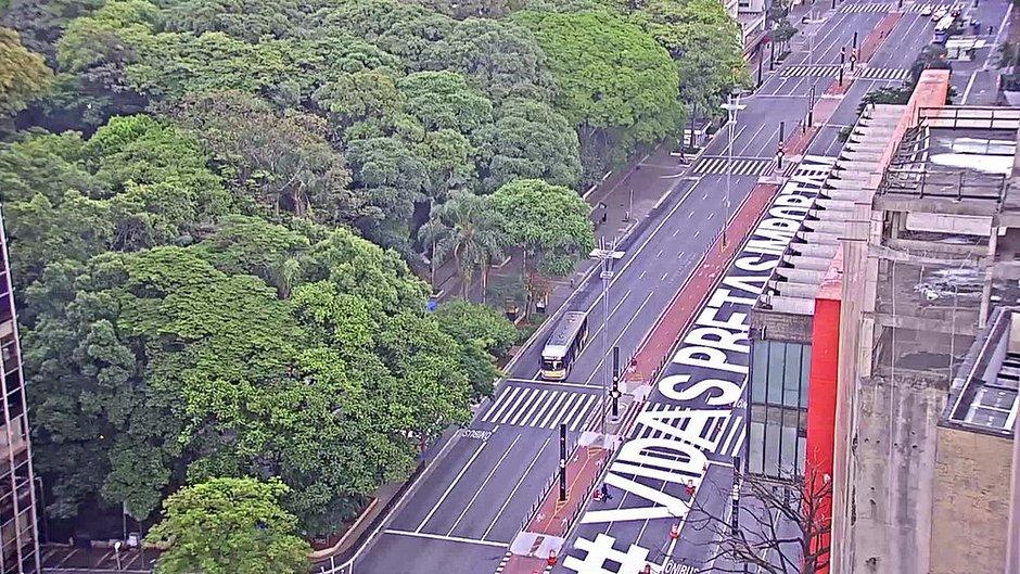Frase 'Vidas Pretas Importam' é pintada na Avenida Paulista, em SP
