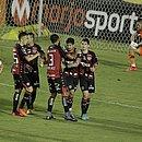 Jogadores do Vitória comemoram o gol da virada
