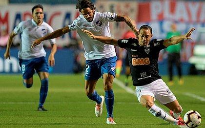 Ricardo Oliveira (direita) briga pela bola com Marcos Angeleri