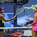 Naomi Osaka cumprimenta Viktoria Azarenka ao fim da partida