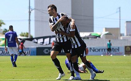 Emprestado pelo Bahia, zagueiro Tiago comemora um dos gols marcados pelo Ceará