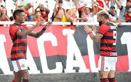 Estreante, Bruno Henrique comemora ao lado do atacante Gabigol