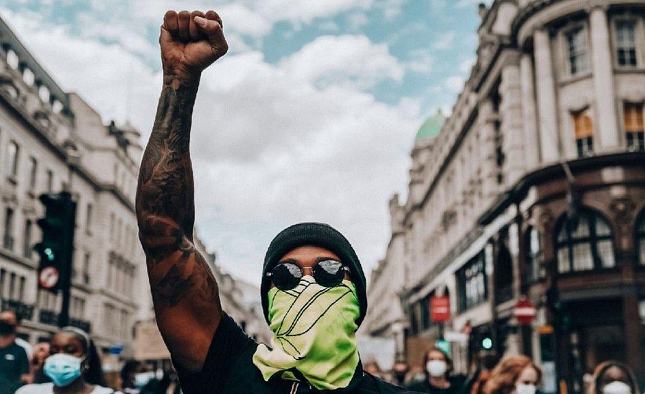 Hamilton durante os protestos em Londres