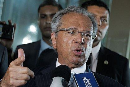 Em Davos, vou relatar que tiramos Brasil da margem de abismo fiscal, diz Guedes