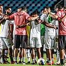 Jogadores e comissão técnica do Vitória no estádio Castelão, em São Luís