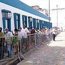 Pedestres fazem fila para ter acesso ao 5º Centro de Saúde, nos Barris