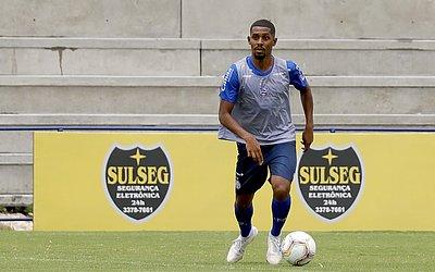 Ramon, volante, jogou pelo Vila Nova em 2019
