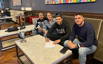 Diego Rosa assina contrato com Grupo City