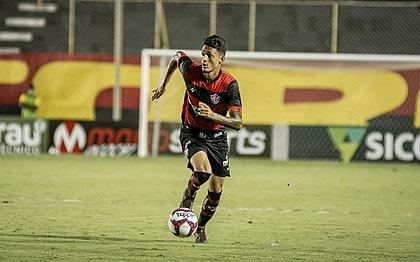 Zagueiro Mateus Moraes durante jogo contra a Ponte Preta, no Barradão