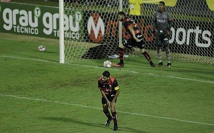 Wallace, Marcelo Alves e Lucas Arcanjo lamentam gol sofrido diante do Náutico, no Barradão