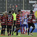 Jailson Freitas expulsa Bruno (centro) e acaba o Ba-Vi por falta de jogadores do Vitória