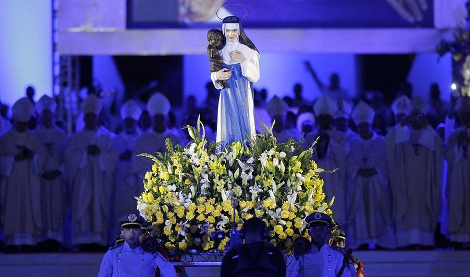 O filme traz momentos cerimônia depois da canonização, na Arena Fonte Nova