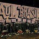 Flores foram colocadas ao lado do muro da escola onde houve o ataque