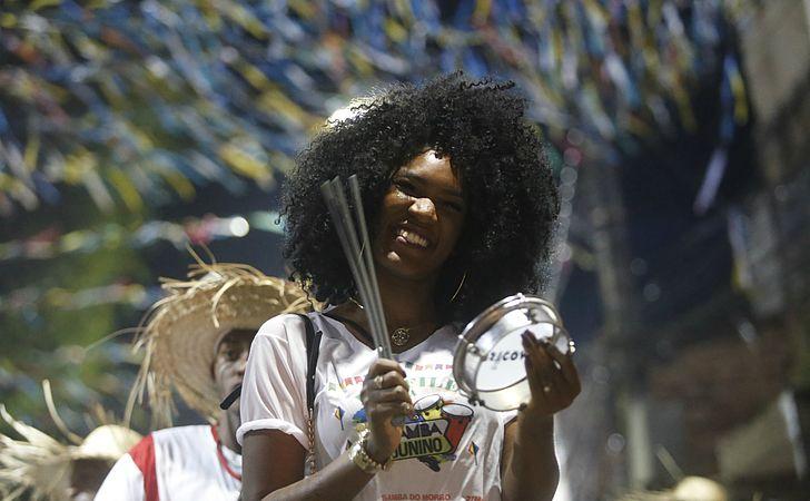 Festa junina onde sanfona é substituída por tambor, pandeiro e palmas