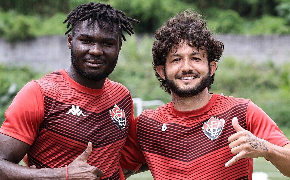 Jordy Caicedo (esquerda) e Fernando Neto durante treinamento na Toca do Leão