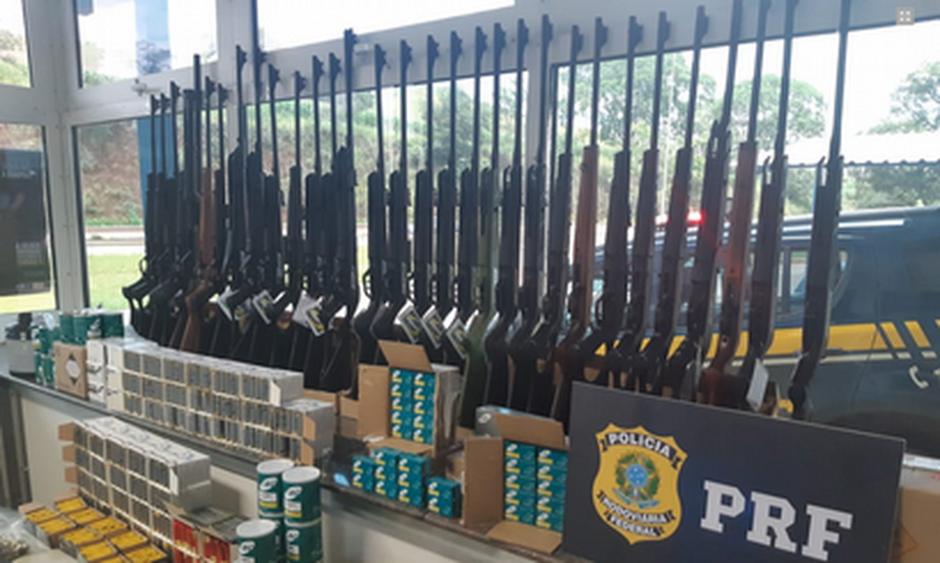 PRF faz maior apreensão de armas dentro de uma van em Minas Gerais