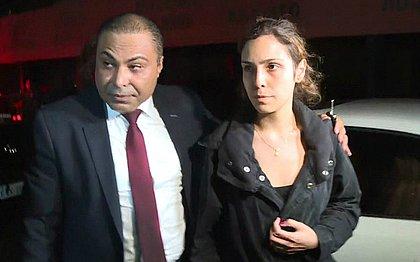 Namorada de ator presta depoimento e diz que crime aconteceu após carona