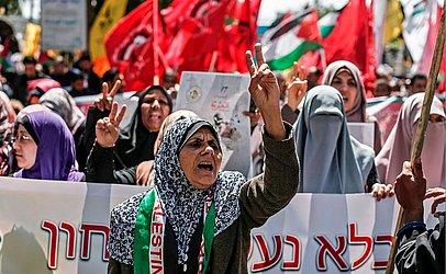 Manifestação pelo Dia dos Presos Palestinos e sua libertação das prisões israelenses, na cidade  de Gaza.O número de prisioneiros palestinos nas prisões israelitas em greve de fome atingiu 400 no dia 9 de abril.