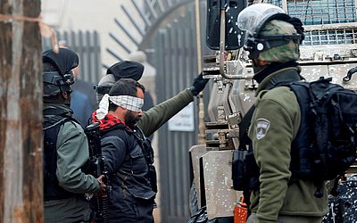 Forças de segurança israelense prendem o advogado palestino Tareq Barghouti em Ramallah, na Cisjordânia ocupada. Ele é um militante da causa palestina acusado de participar de ações terroristas extremas.