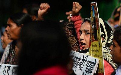Manifestantes indianos protestam contra os governos do estado de Uttar Pradesh e Uttaranchal exigindo a prisão de homens acusados em dois casos diferentes de estupros de mulheres.