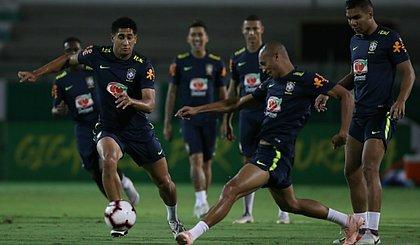 Miranda disputa bola com Pablo em treino. Ele será titular contra a Argentina