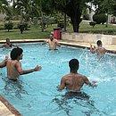 Titulares fizeram exercícios na piscina do clube