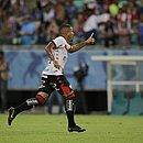 Thiago Carleto vibra após marcar o primeiro gol do Vitória