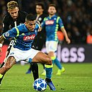 Allan sendo marcado por Neymar no confronto entre Napoli e PSG pela Liga dos Campeões, nesta semana